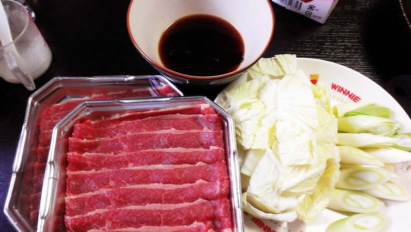 簡単すき焼きの材料 牛肉 白菜 ネギ 割り下