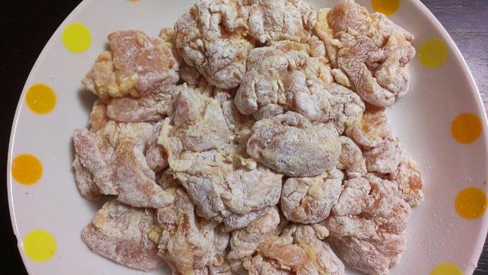 鶏もも肉に小麦粉をまぶす