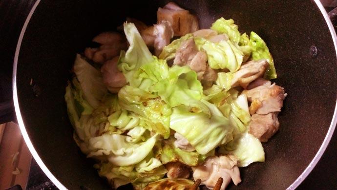 鶏肉を鍋に戻す