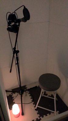 防音室内に椅子を設置