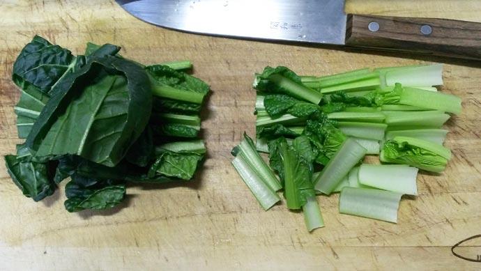 小松菜を4~5cmに切る