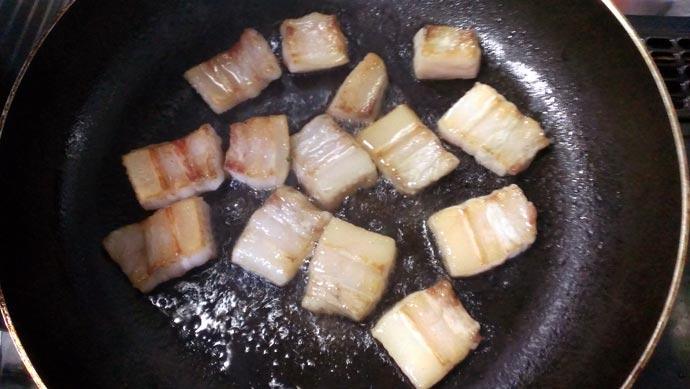 フライパンで豚バラに焼き目を付ける