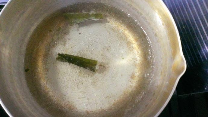 昆布でお味噌汁用の出汁を取る