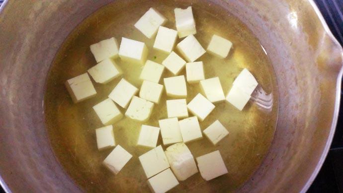 出汁に豆腐を入れる
