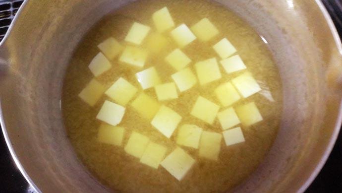 出汁に味噌を溶いておく