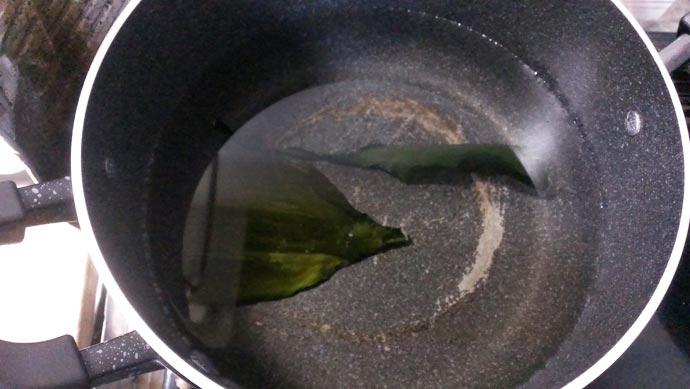 鍋に張った水に昆布を入れて放置しておく