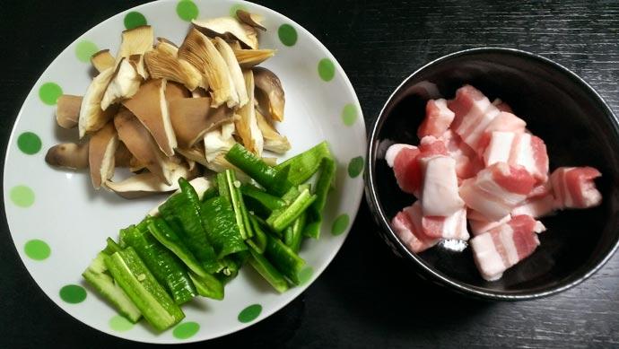 黒あわび茸と万願寺甘とうがらしと豚バラ肉を切りそろえる