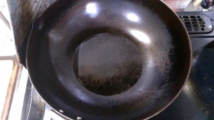 中華鍋に油を多めに