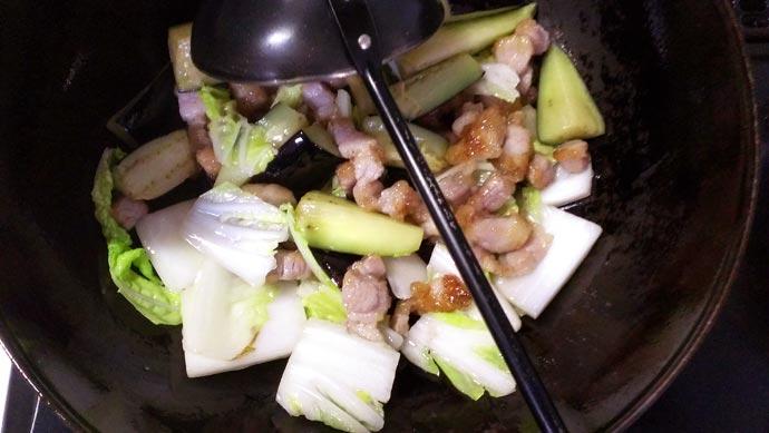 中華鍋に白菜を投入