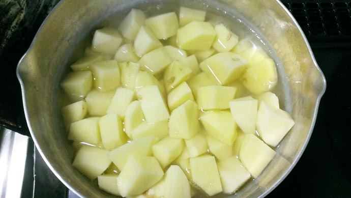 ジャガイモをお鍋で煮る