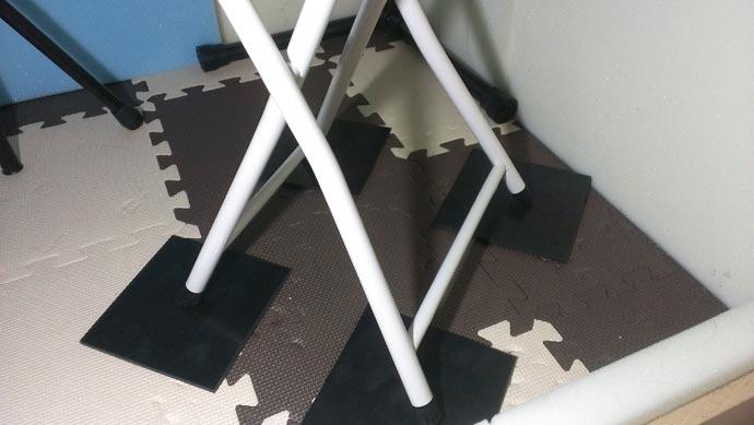 椅子の足にゴムマットを敷いた