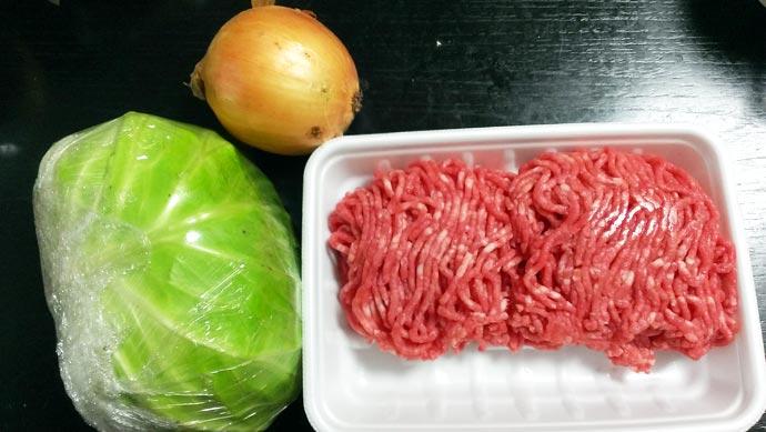 メンチカツの材料 キャベツ・玉ねぎ・合いびき肉