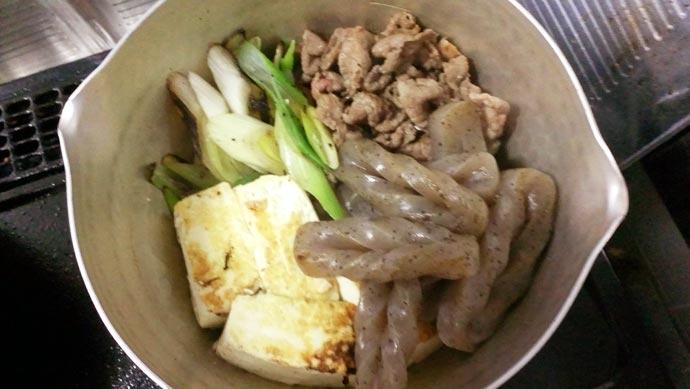 肉豆腐の材料を鍋にセッティング