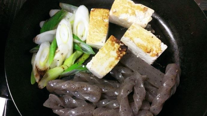 豆腐と長ネギとこんにゃくを炒める