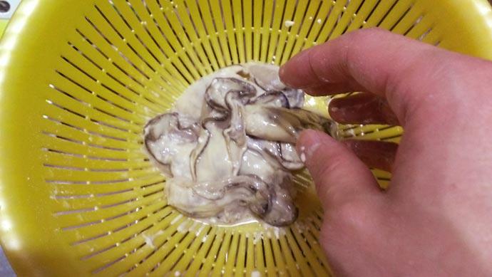 かきに片栗粉と塩をまぶす